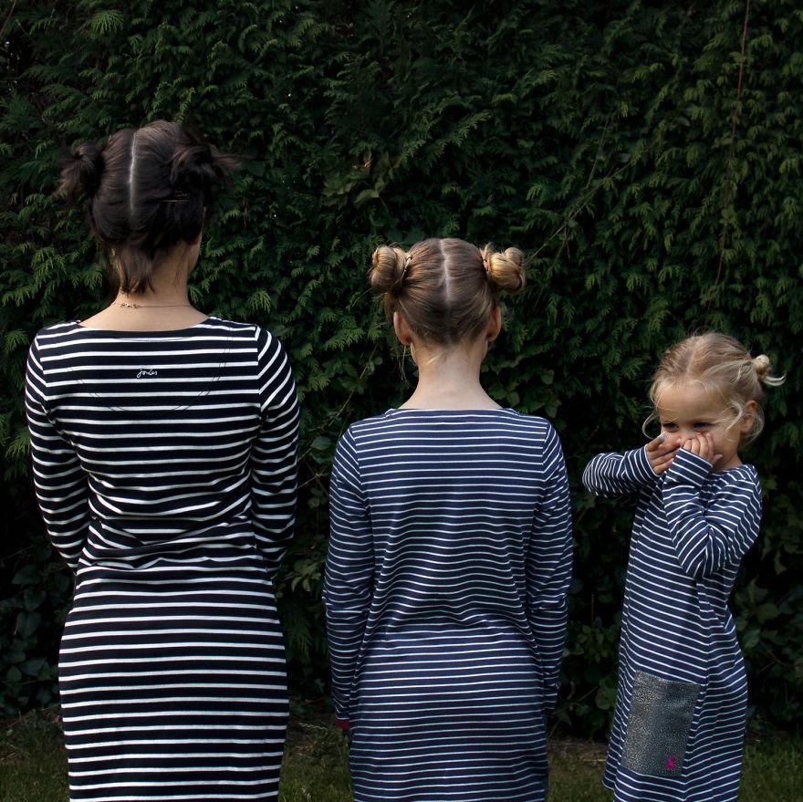 Мама фотографируется с дочками в одинаковых нарядах, и это очень мило
